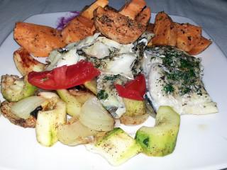 Pieczony dorsz z warzywami i słodkim ziemniakiem